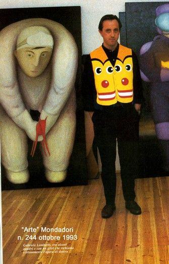 Gabriele Lamberti indossa un gilet ispirato ad un suo quadro (Tik Tak).